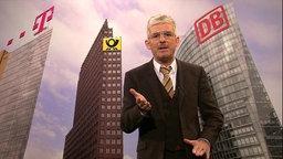 Ein grauhaariger Mann mit silberner Brille steht vor einem Foto, das die Zentralen großer Deutsche Unternehmen zeigt.