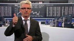 Heinz Strunk vor den Börsenkursen.