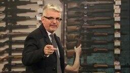Heinz Strunk gibt sich als USA Waffenexperte bei Extra 3.