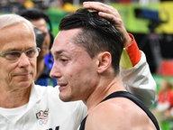 Andreas Toba (r.) wird von Trainer Andreas Hirsch getröstet © dpa / Lukas Schulze Foto: Lukas Schulze
