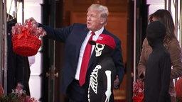 US-Präsident Donald Trump mit einem Kind in einem Halloween-Kostüm.