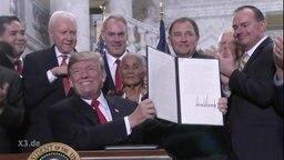 Trump beschließt Steuerreformen.
