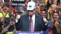 Donald Trump mit einem Helm auf dem Kopf.