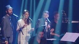 Sänger stehen auf einer Bühne