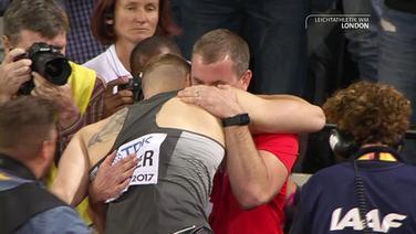Vetter und sein Trainer umarmen sich.