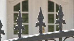 Zaun vor dem Eingang einer Villa