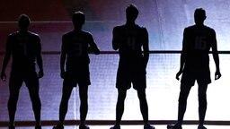 Italiens Volleyballspieler stehen im dunkeln am Netz. © dpa Bildfunk Foto: Orlando Barria