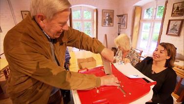 Ein Mann wirft einen Stimmzettel in eine Wahlurne. | Screenshot NDR