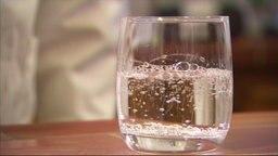 Ein Glas Mineralwasser.