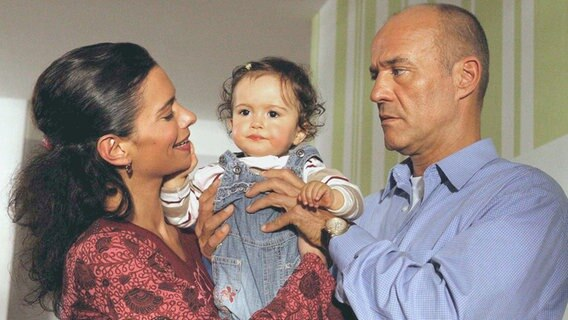zwei männer und ein baby