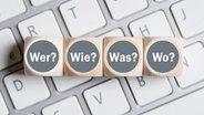 Würfel mit Fragewörtern auf einer Tastatur © fotolia.com Fotograf: fotogestoeber