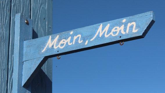 Moin Moin auf einem blauen Schild. © fotolia Foto: Dieter Pregizer