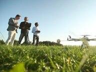 Der NDR Reporter John Goetz steht gemeinsam mit zwei Männern neben einer Drohne © NDR Fotograf: Niklas Schenck, Lutz Ackermann
