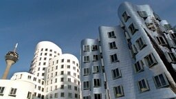 Bürogebäude des Architekten Frank O. Gehry in Düsseldorf © dpa Foto: Horst Ossinger