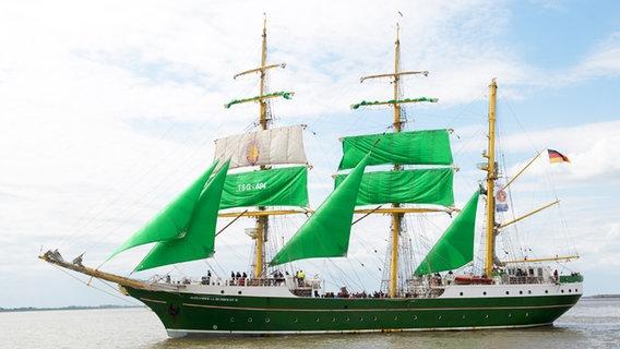 """Die """"Alexander von Humboldt II"""" bei ihrer ersten Fahrt unter grünen Segeln © dpa - picture alliance Foto: Maurizio Gambarini"""