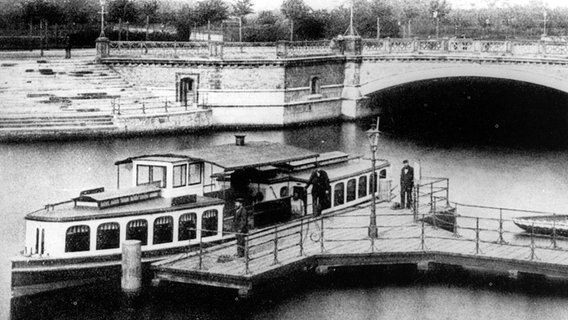 Hamburger Alsterdampfboot am Anleger Mundsburger Brücke (um 1880).