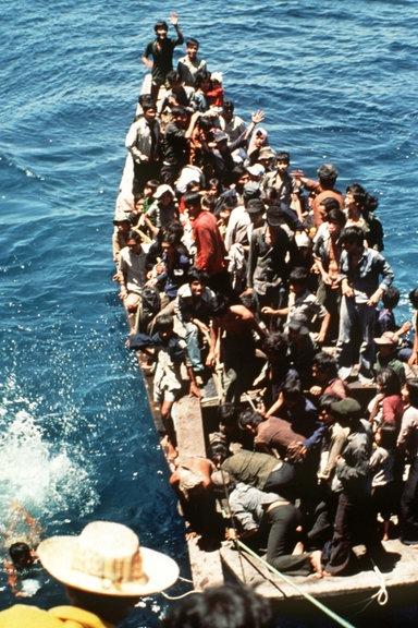 Ein mit vietnamesischen Flüchtlingen völlig überladenes, offenes Boot im Chinesischen Meer, undatierte Aufnahme © dpa - Report Foto: Michael Scharsich