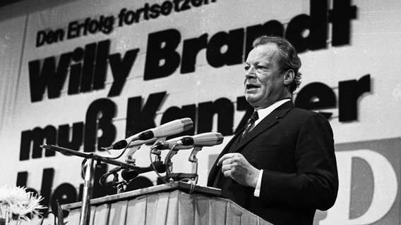 Willy Brandt am Rednerpult beim SPD-Parteitag am 13. Oktober 1972 © picture alliance / Klaus Rose