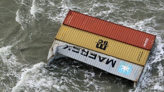 Demolierte Container treiben in der Nordsee. © picture alliance/Nlcg-Phcgn/Netherlands Coast Guard/dpa Foto: Nlcg-Phcgn