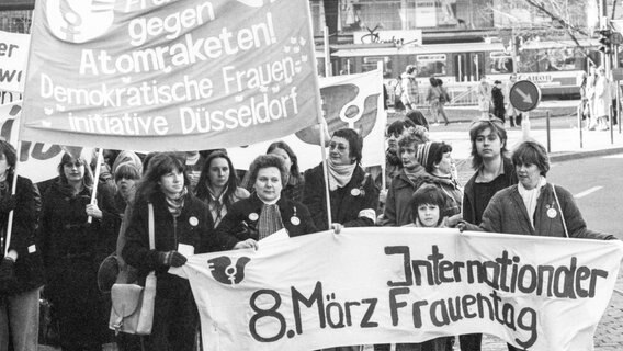 Der Internationale Frauentag 1982 am 08.03.1982 in Düsseldorf. © picture-alliance /dpa Foto: Klaus Rose