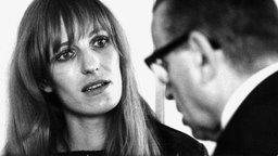 RAF-Terroristin Gudrun Ensslin 1968 mit ihrem Verteidiger. © picture-alliance / dpa Foto: Manfred Rehm