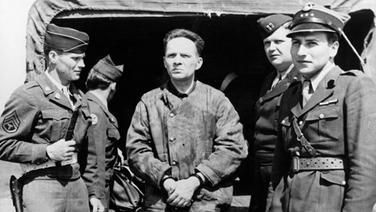 Der ehemalige Kommandant des Konzentrationslagers Auschwitz, Rudolf Höß, in Handschellen. © dpa - Bildarchiv