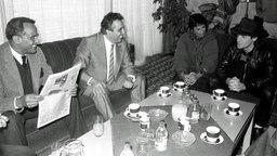 Udo Lindenberg trifft 1983 in Ost-Berlin Egon Krenz (2. v.l.) und den Sänger Harry Belafonte (l.) © dpa Foto: Reinhard Kaufhold