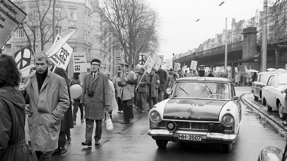 Protestierende nehmen am 15.April 1963 in Hamburg am Ostermarsch teil.