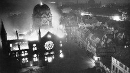 Brennende Synagoge in der Bergstraße in Hannover am 10. November 1938. © HAZ-Hauschild-Archiv, Historisches Museum Hannover. Foto: Wilhelm Hauschild