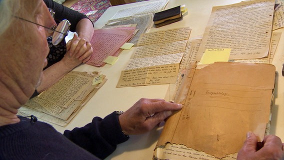 Pitt Venherm looks through the documents his father left behind.  © NDR