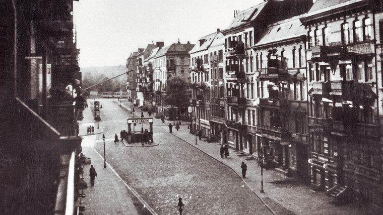 Stellinger Weg in Hamburg-Eimsbüttel mit der U-Bahnstation Hellkamp (ca. Ende der 1930er-Jahre)