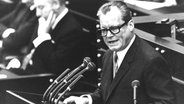 Willy Brandt verliest 1969 im Bonner Bundestag seine Regierungserklärung © picture alliance/AP Images