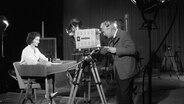 Eine Fernsehansagerin des NDR bei Aufnahmen 1957 im Studio. © NDR