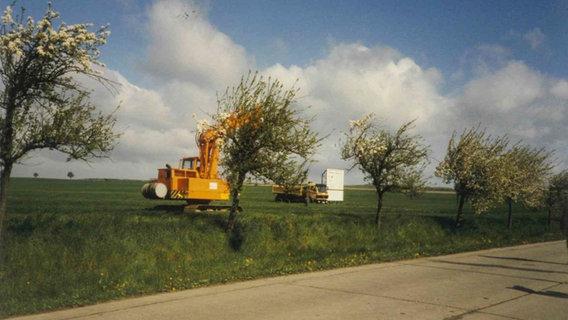 Ein nostalgisch gefärbtes Foto von eionem Feld mit Bagger (Stavenhagen, Firmensitz von Netto Deutschland) © NETTO ApS & Co. KG Foto: Bernd Maaß
