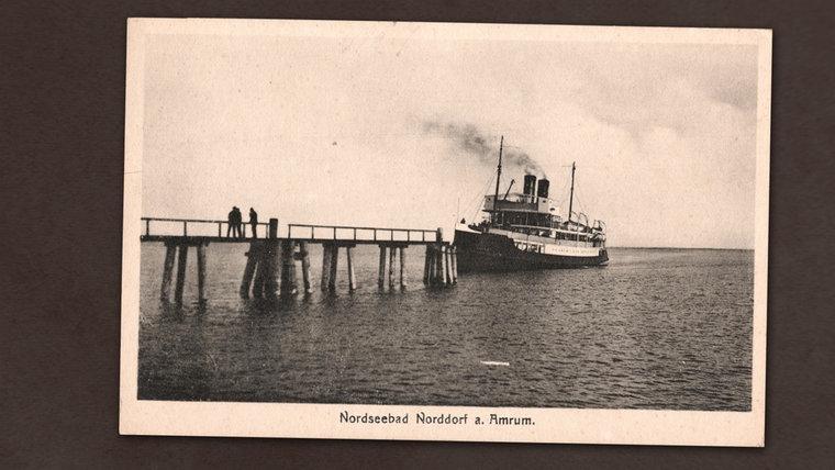Eine alten Postkarte zeigt eine Fähre auf Amrum.