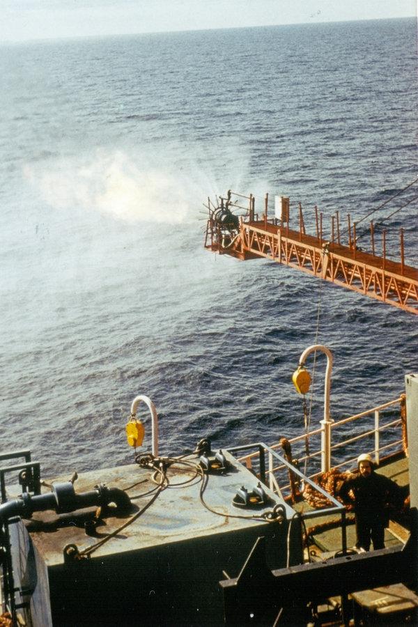 """Po pierwszym odkryciu ropy użytkowej na platformie wiertniczej """"Petrobaltic 1980 Powiązany gaz ropopochodny jest spalany przez odpowietrznik.  © Detlev Schwan"""