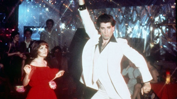"John Travolta und Karen Lynn Gorney tanzen in dem Film ""Saturday Night Fever"" in einer Disco. © picture alliance/Mary Evans Picture Library"