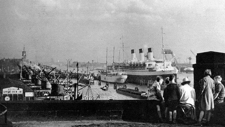 """Die """"Cap Arcona"""" liegt 1938 im Hamburger Hafen vor Anker. © dpa-Bildarchiv"""