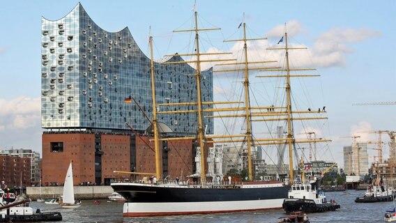 """Die """"Peking"""" erreicht die Elbphilharmonie in Hamburg. © dpa-Bildfunk Foto: Bodo Marks"""
