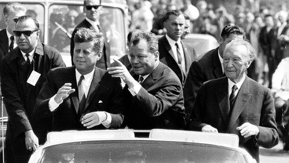 John F. Kennedy, Willy Brandt, Konrad Adenauer in Berlin am 26. Juni 1963 © picture alliance/Associated Press