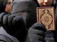 Eine vollverschleierte Muslima hält einen Koran in der Hand © dpa / picture-alliance