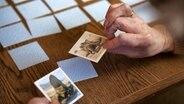 Eine Seniorin spielt Memory . © picture alliance Foto: Silvia Marks