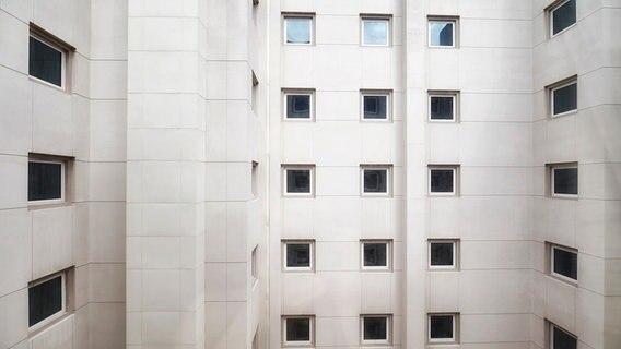 Hochhauswand mit vielen Fenstern. © photocase Foto: Maciej Bledowski Maciej Bledowski: Maciej Bledowski