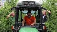 Schüssel-Schorse sitzt in einem Traktor und schaut in die Kamera. © NDR Fotograf: Ania Schaal