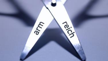 """Eine Schere, auf der """"arm"""" und """"reich"""" steht © Imago-Images Foto: Imagesbroker"""