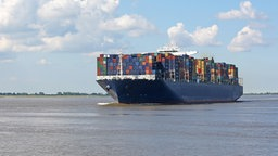 Containerschiff auf der Elbe © fotolia.com Foto: Kara