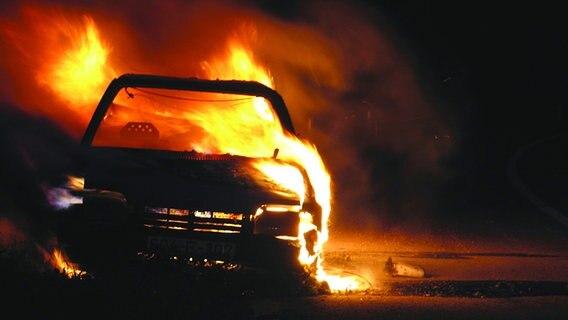 Ein Auto steht in Flammen auf der Straße. © evron.info / Fotolia.com Fotograf: evron.info