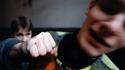 Ein Jugendlicher holt  mit der geballten Faust zum Schlag aus. © picture-alliance / dpa Foto: Polfoto