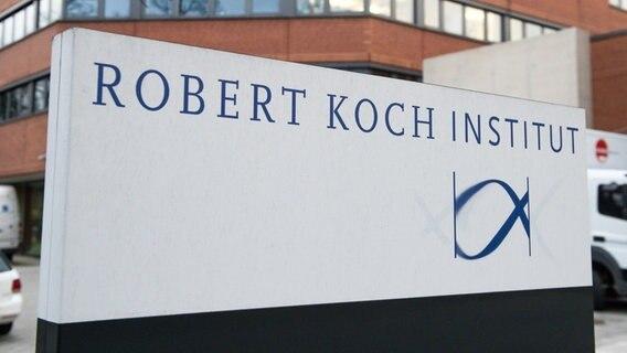 Das Eingangsschild vor dem Robert Koch Institut. © picture alliance Foto: Maurizio Gambarini