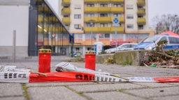 Am Tatort im Stadtteil Kesselstadt in Hanau wurden Blumen abgelegt und Kerzen aufgestellt. © dpa-Bildfunk Foto: Andreas Arnold